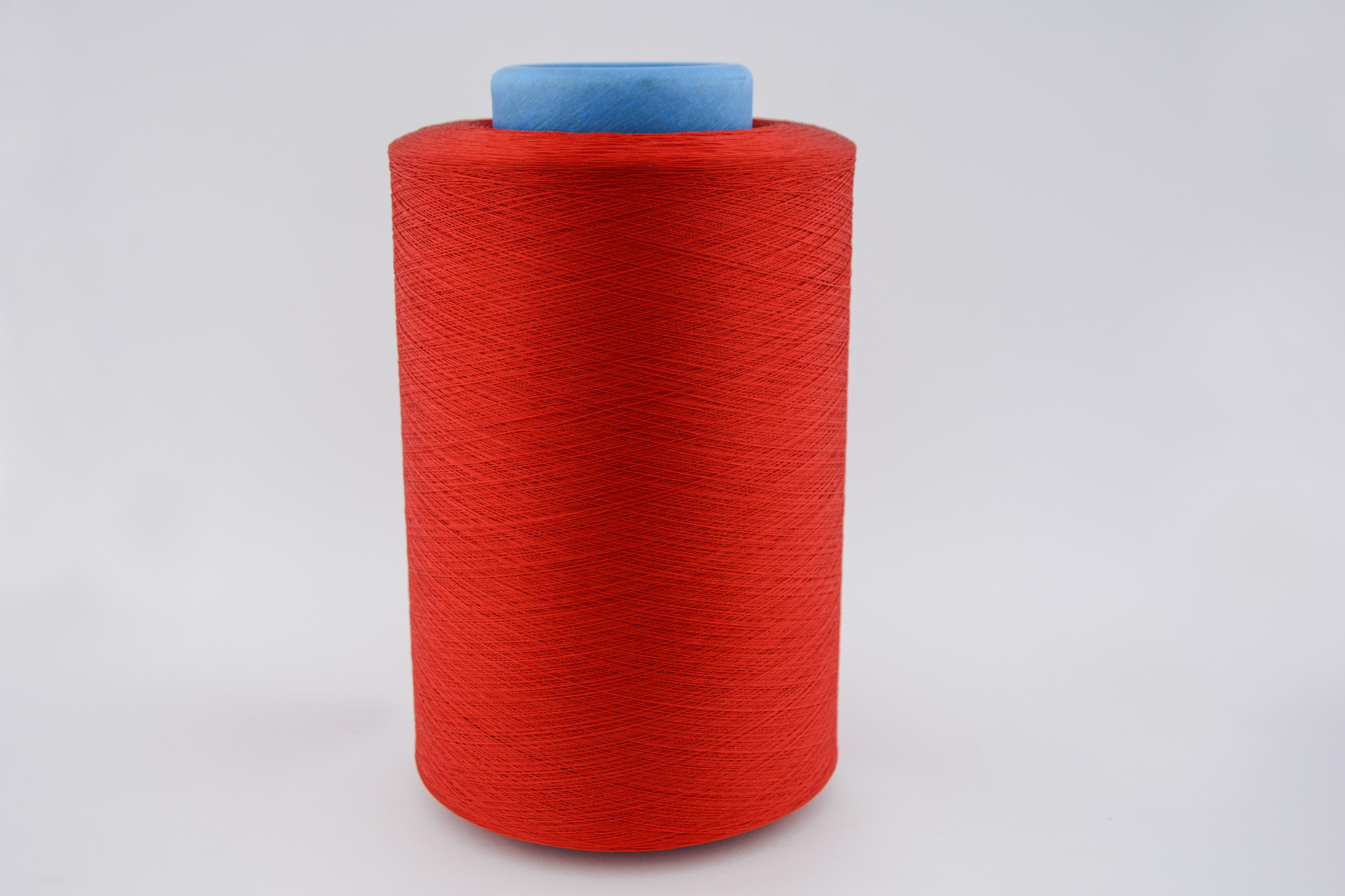 El hilo poliéster de color rojo